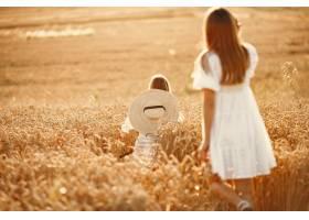 麦田里的一家人穿着白色连衣裙的女人戴_10164571