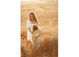 麦田里的一家人穿着白色连衣裙的女人戴_10164573