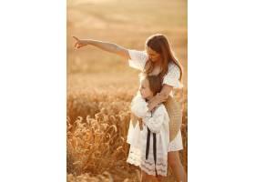麦田里的一家人穿着白色连衣裙的女人戴_10164574
