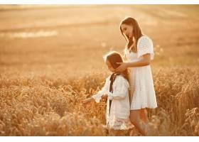 麦田里的一家人穿着白色连衣裙的女人戴_10164583