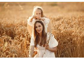 麦田里的一家人穿着白色连衣裙的女人戴_10164588
