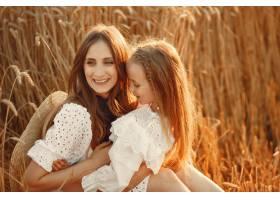 麦田里的一家人穿着白色连衣裙的女人戴_10164625