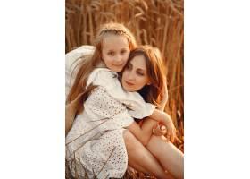 麦田里的一家人穿着白色连衣裙的女人戴_10164628