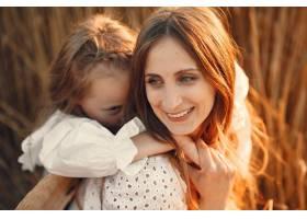 麦田里的一家人穿着白色连衣裙的女人戴_10164632