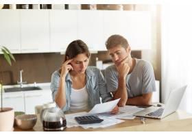 年轻夫妇检查他们的家庭预算_10113418