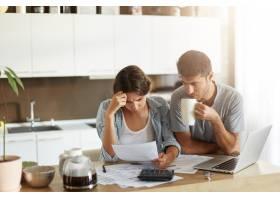 年轻夫妇检查他们的家庭预算_10113424