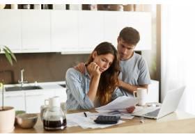 年轻夫妇检查他们的家庭预算_10113429