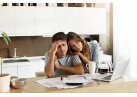 年轻夫妇检查他们的家庭预算_10113435