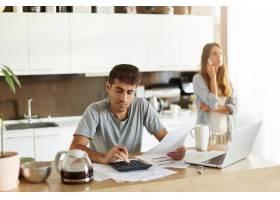 年轻夫妇检查他们的家庭预算_10113447