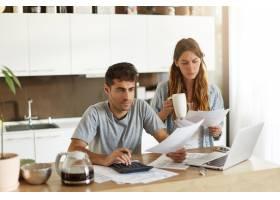 年轻夫妇检查他们的家庭预算_10113449