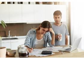 年轻夫妇检查他们的家庭预算_10113634