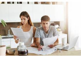 年轻夫妇检查他们的家庭预算_10113748