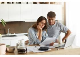 年轻夫妇检查他们的家庭预算_10113754