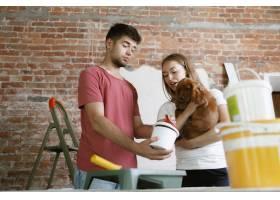 年轻夫妇自己一起做公寓修缮已婚男人和女_13341890