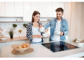 年轻快乐的男人和女人在厨房里早餐早上_9629560