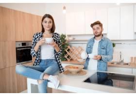 年轻快乐的男人和女人在厨房里早餐早上_9629587