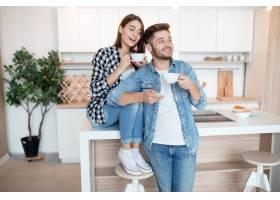 年轻快乐的男人和女人在厨房里早餐早上_9629609