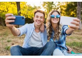 年轻时髦的情侣坐在公园里男女幸福的家庭_9699519