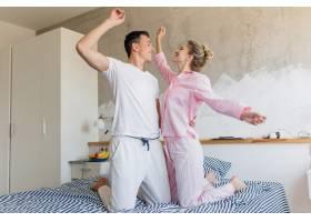 年轻漂亮的夫妇早上在床上玩得很开心独自_9699652