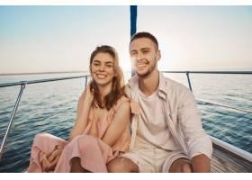 年轻的欧洲浪漫情侣微笑着坐在船头拥抱着_9117990