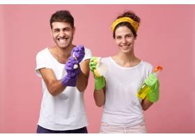 做家务的积极夫妇戴着防护手套的时髦男子_9763582