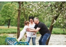 到我这里来快乐的一对夫妇和孙女在户外享_9694469