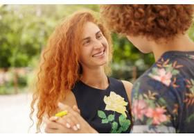 可爱的长着雀斑的年轻女性与她的情人在公园_10112417