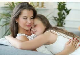 在家里的母女俩_9830817