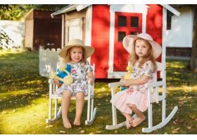 夏天可爱的戴着帽子的金发小女孩拿着柔软_9368381