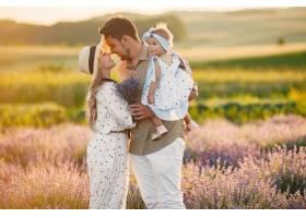 一家人带着小女儿在薰衣草地里美丽的女人_10062817