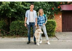 一对年轻时髦的夫妇带着狗在街上散步男人_9699443