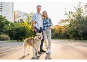 一对年轻时髦的夫妇带着狗在街上散步男女_9699467