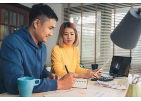 一对年轻的亚洲夫妇在管理财务使用笔记本_3521670