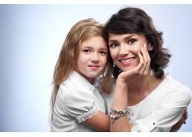 一对幸福夫妇的全家福微笑着的母亲和心爱_9503480