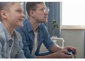 父子俩在玩吗游戏机上的本地游戏_7730196