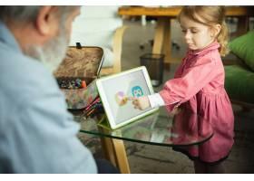 爷爷和孩子在家里一起玩耍幸福家庭关_9059442