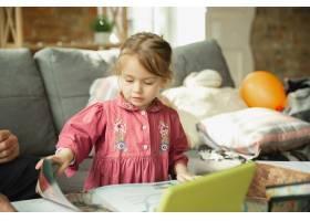 爷爷和孩子在家里一起玩耍幸福家庭关_9059446