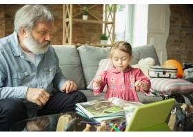 爷爷和孩子在家里一起玩耍幸福家庭关_9059450