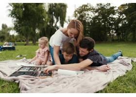 美丽的一家人共度时光在大自然中画画_7808356