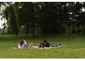 美丽的一家人在户外共度时光_7801168