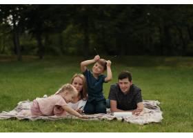 美丽的一家人在户外共度时光_7801169