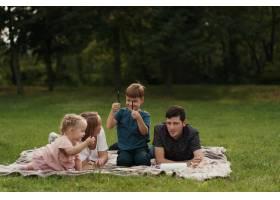 美丽的一家人在户外共度时光_7801170