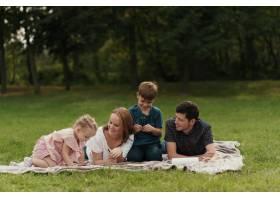 美丽的一家人在户外共度时光_7801171