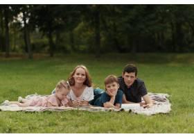 美丽的一家人在户外共度时光_7801172