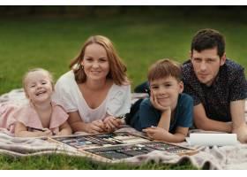 美丽的一家人在户外共度时光_7801173