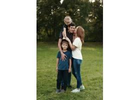 美丽的一家人在户外共度时光_7808369