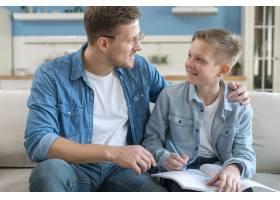 快乐的父亲帮助儿子做作业_7730286