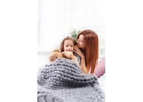 一个可爱的小女孩和妈妈一起玩玩具玩玩具_8923826