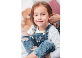 一个可爱的小女孩和妈妈的手一起享受玩_8452092