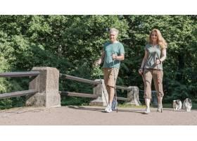 使用徒步旅行杆的老年夫妇希望渺茫_7778180